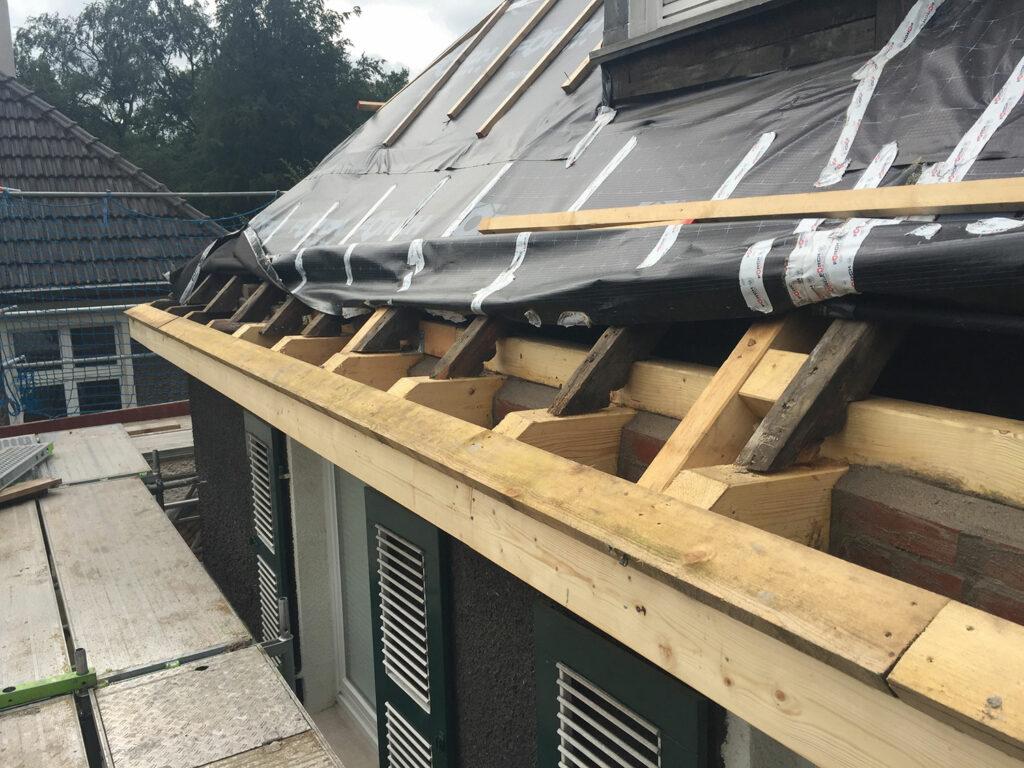 Teilweise erneuerte Dachkonstruktion nach Hausschwammbefall